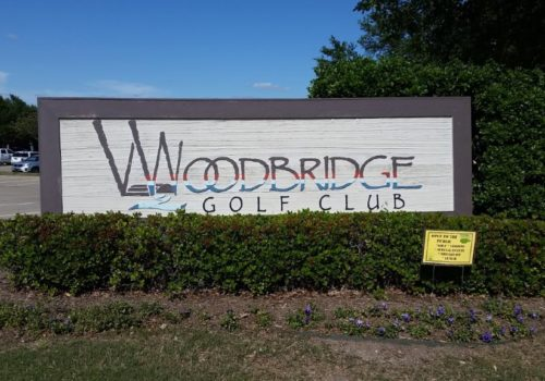 "Large sign on that says ""Woodbridge Golf Club"""